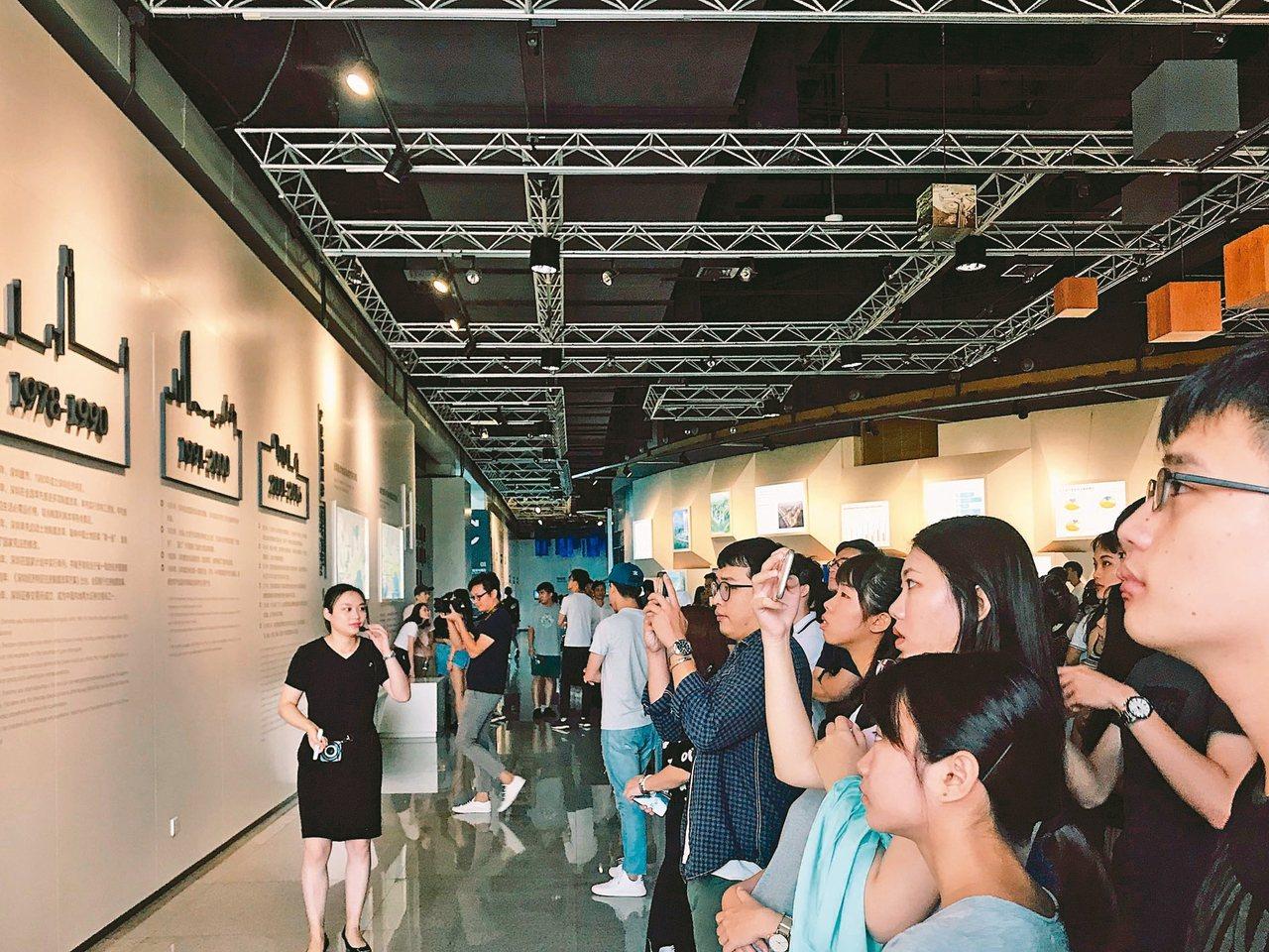 台灣學生到深圳實習,圖為學生參觀工業展覽館。 記者周怡/攝影