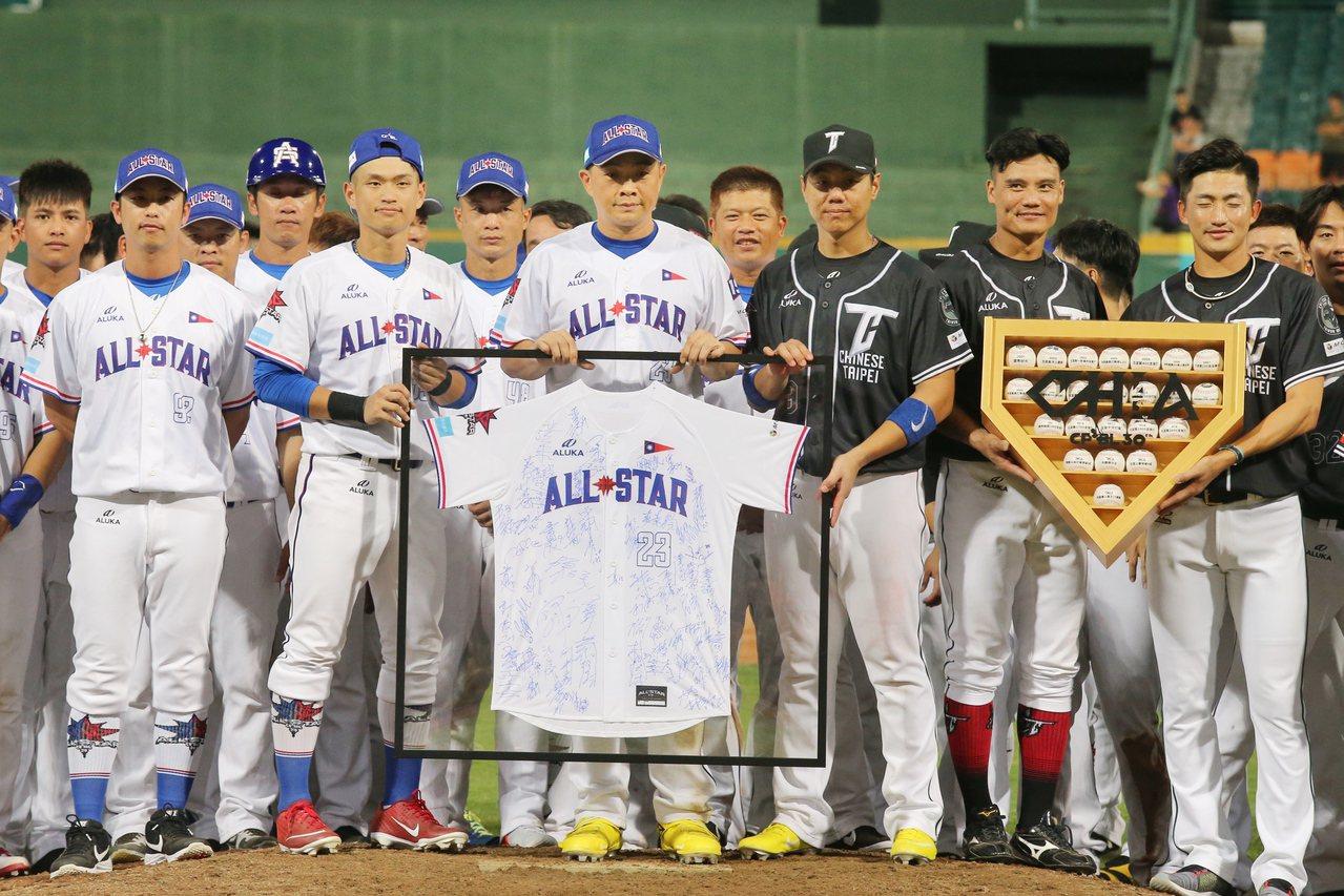 「恰恰」彭政閔(中)最後一次參加中職明星賽,賽後舉行致敬儀式,與兩隊球員合影,讓...