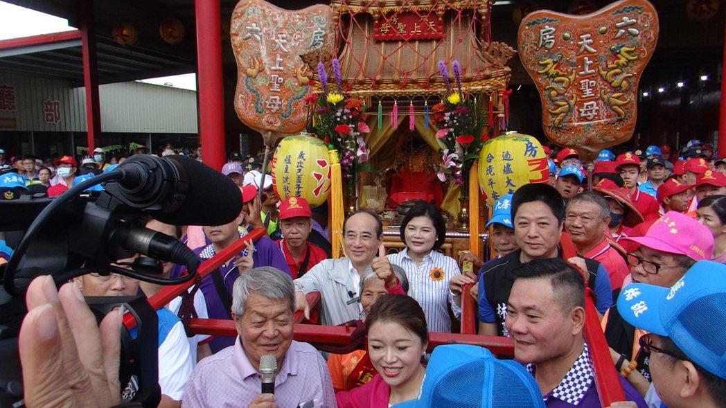 王金平(圖中)和郭台銘同一天到雲林參加六房媽祖移駕搬新家,兩人不同時間卻為同一座...