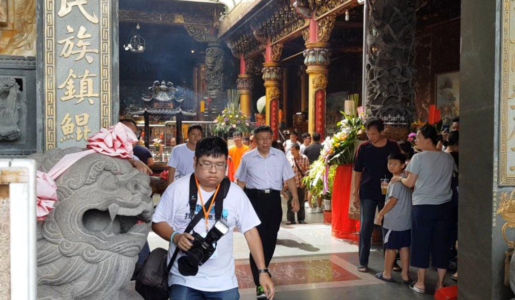 台北市長柯文哲上周到台南安平天后宮參拜卻走錯廟門,從廟的中間大門進出。 記者修瑞...