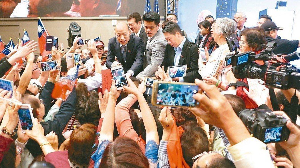 韓國瑜4月在美國洛杉磯出席一場千人演講會,受僑胞熱烈歡迎。圖/聯合報系資料照片