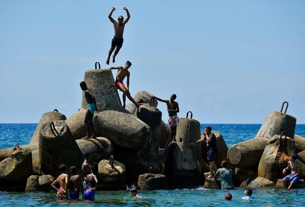 古巴人在夏天十分喜歡在海邊戲水。(法新社)