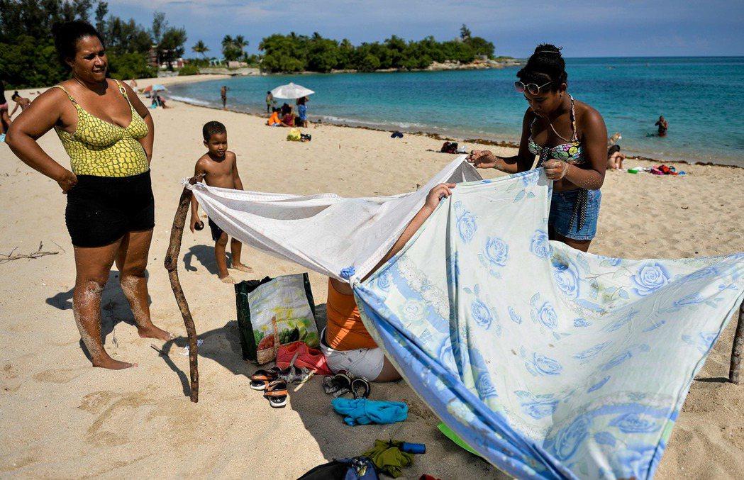 古巴人非常喜歡海灘,無論它是乾淨還是髒亂。(法新社)