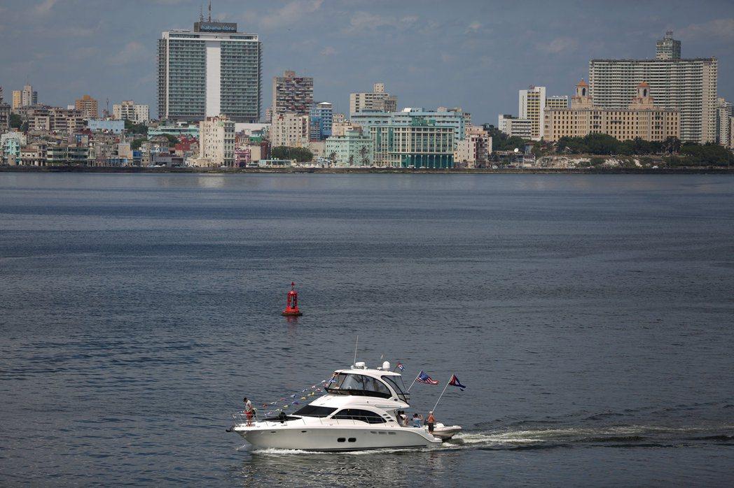 一艘來自美國邁阿密的快艇出現在古巴哈瓦那灣。古巴至今仍禁止一般民眾乘船。(路透)
