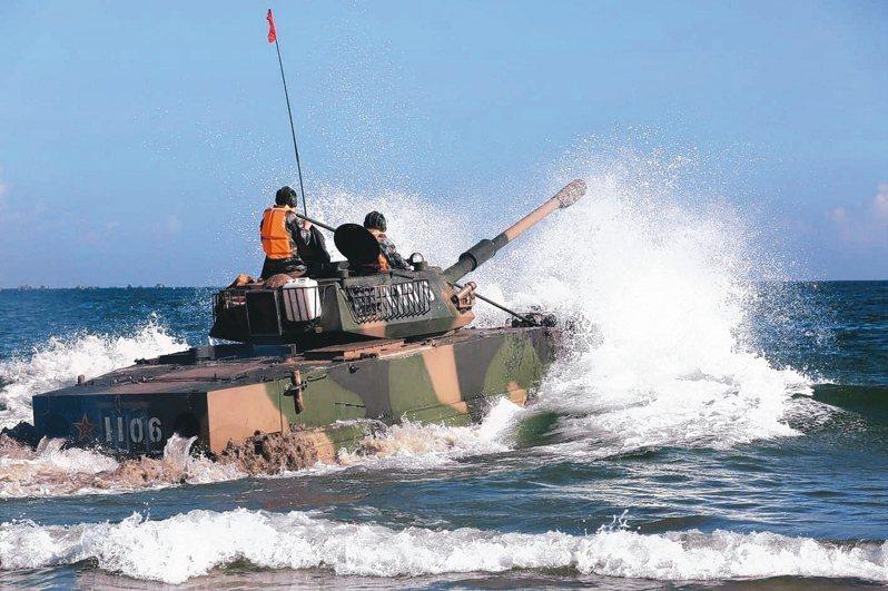 2017年,同樣在東山島海域實施兩棲操演的共軍05式兩棲突擊車,當時出動部隊是福建同安的73集團軍。 圖/中共國防部網站