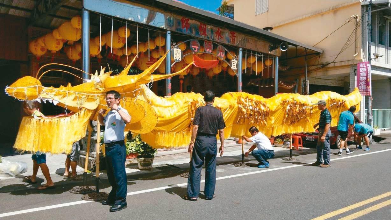 宜蘭百年水燈節即將登場,鄂王社區製作12米巨大金龍今天亮相,將參與放水燈遊街。 ...