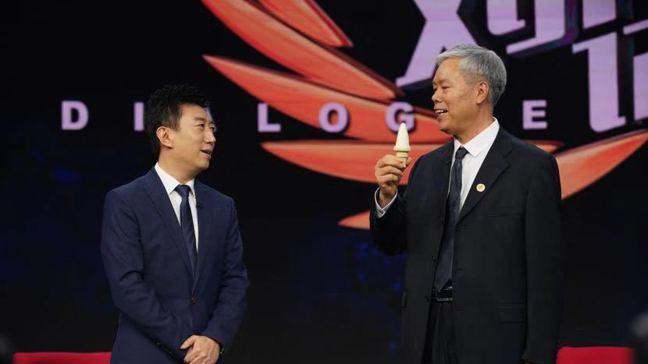 大陸山東理工大學教授畢玉遂(右)發明無氟發泡劑,為自己帶入人民幣4億元的財富,並...