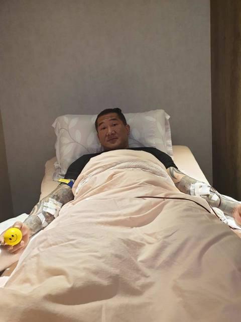 「館長」陳之漢有著猛男壯碩的身材,但是最近他曝光了一系列躺在病床上的照片,還透露「讓我身體可以多撐一點時間」,看來健康亮起紅燈。館長在臉書曝光躺在病床上的照片,手臂上插滿了管子,人看起來有點虛弱,他...