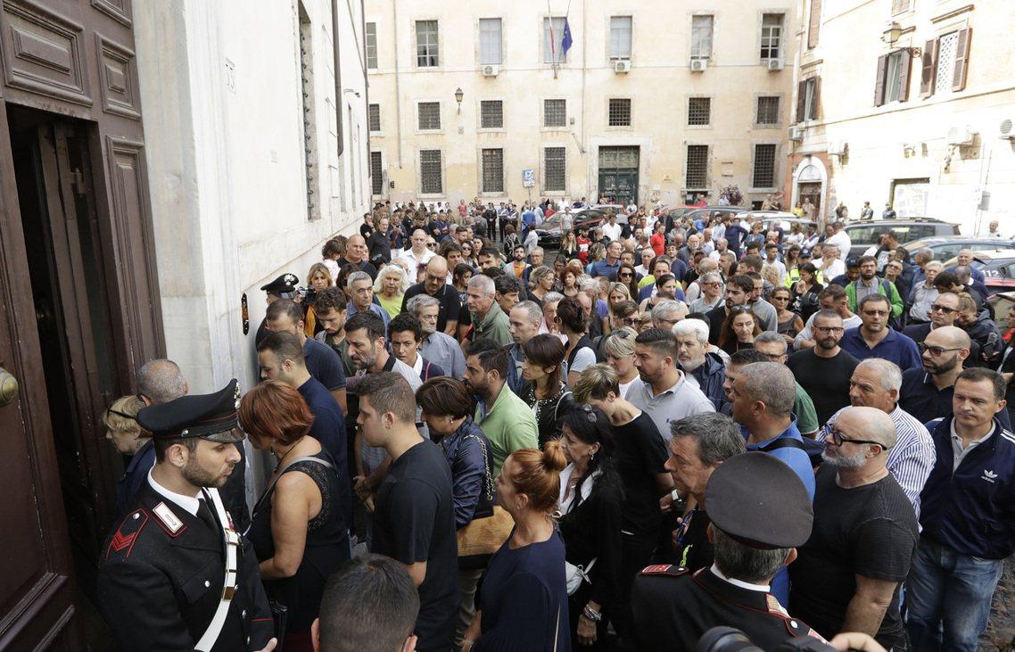 義大利總理孔蒂表示,目前憲兵隊已對一名當事執勤警官下達了懲處命令。儘管「無法確定...