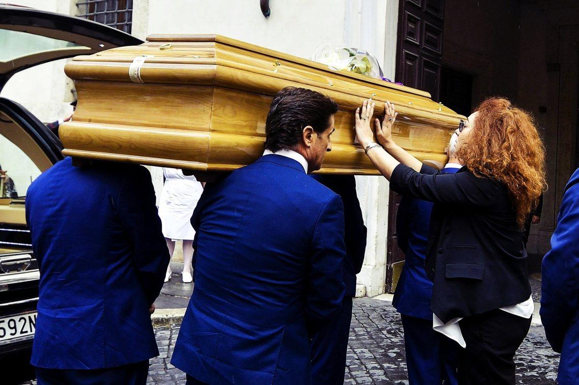 副隊長當街被砍死的重大血案,讓國家憲兵隊上下極為震怒。殉職的警官雷加今年35歲,...