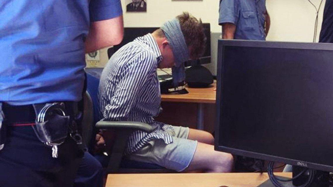 當義大利國內群情激憤的同時,28日社群網路上卻流出了一張警隊內部的爭議照片——畫...
