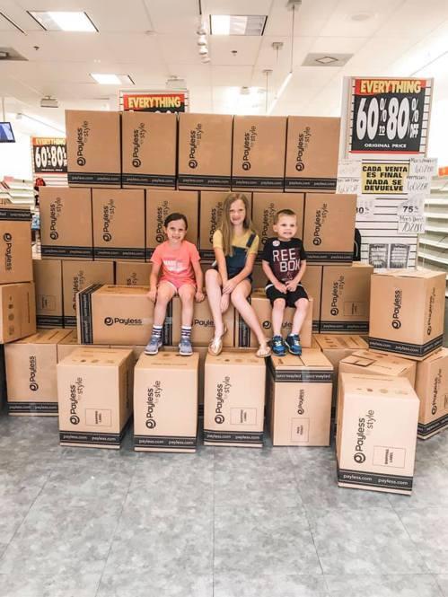 凱莉帶孩子買鞋,一句玩笑話讓店員信以為真,結果讓凱莉決定買下店內1500雙鞋子幫...