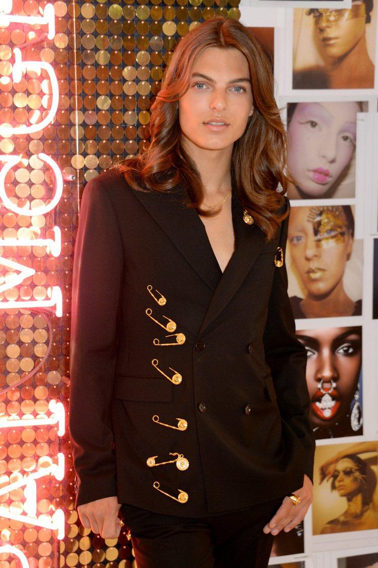 達米安赫莉穿著別針西裝,向媽媽的經典造型致敬。圖/達志影像