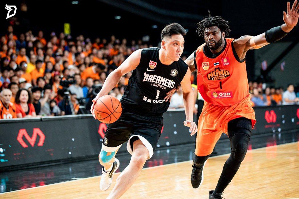 圖左黑衣1號為台灣籃球選手田壘。 圖/取自Formosa Dreamers 寶島...