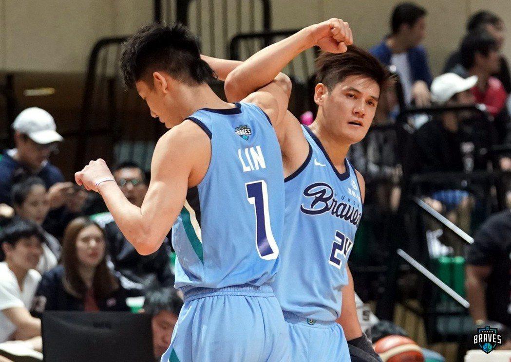 富邦勇士球員。左一(1號)為林書緯,右為24號洪志善。 圖/取自Fubon Braves 富邦勇士籃球隊