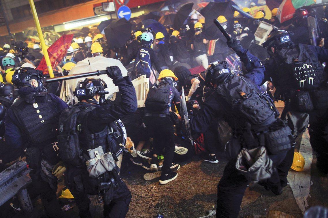 言談中幾近跳針的「堅決守護法治、堅決反對暴力」,強勢否決了「特赦示威被捕者」的任...