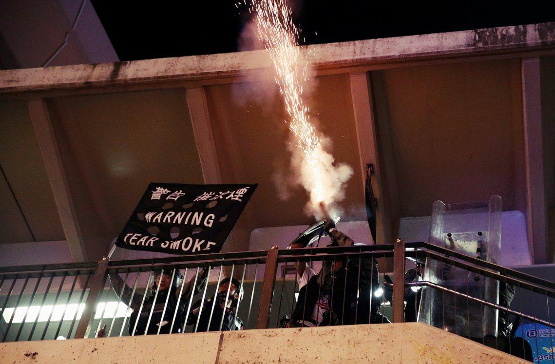 關於「元朗白衣人恐襲事件」,楊光迴避正面回答,反而強調「香港警察與其家人慘遭不理...