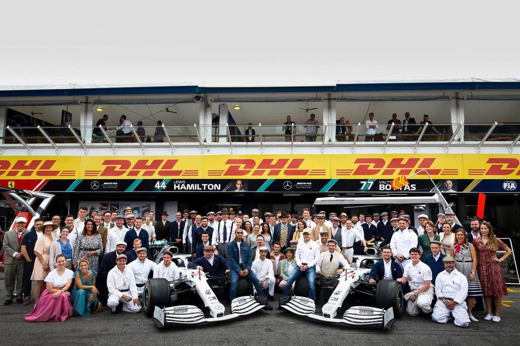 為了慶祝摘自Mercedes贊助賽車運動125年與F1第200場比賽,所有隊職員...