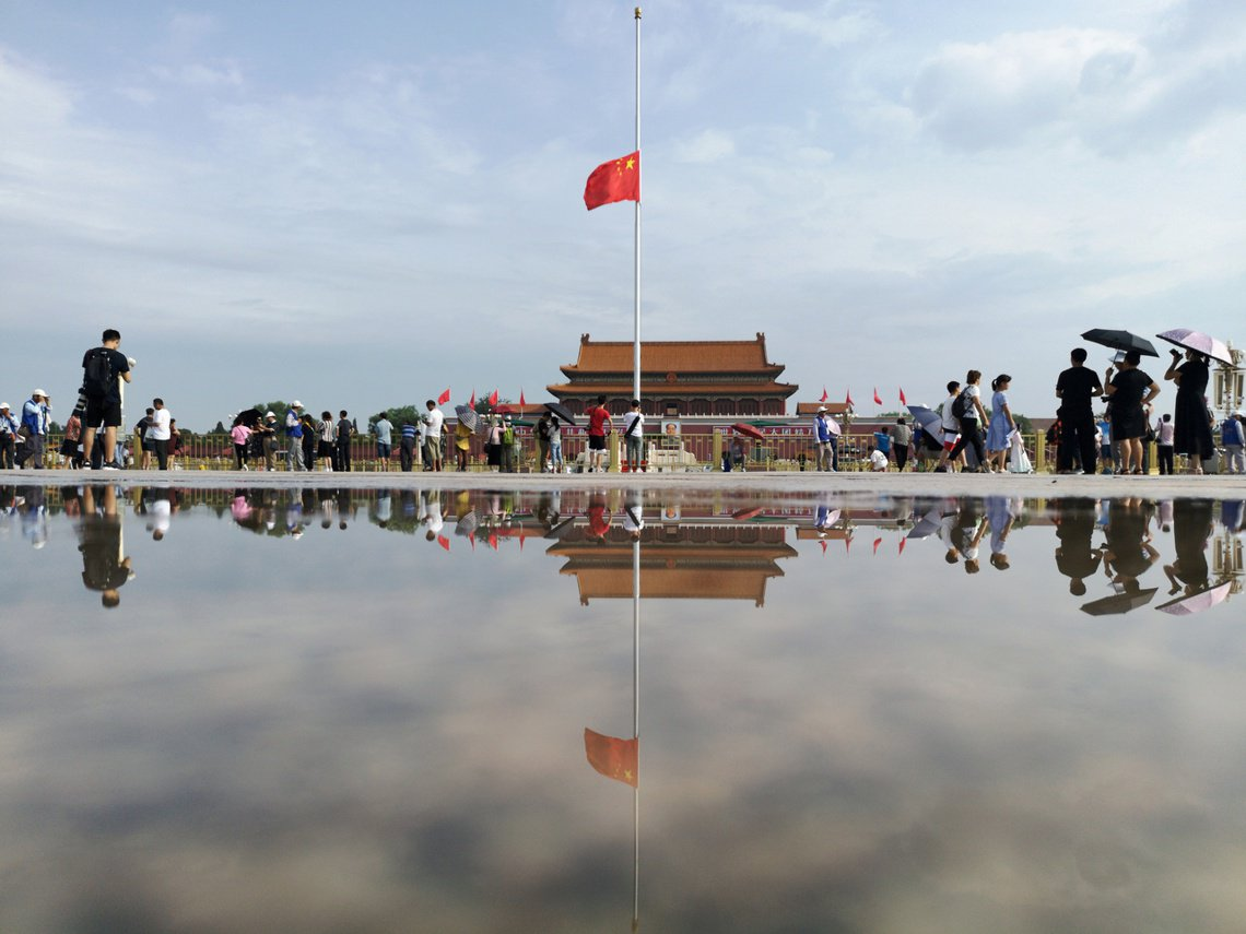 被稱為「六四屠夫」的中國前總理李鵬,上週病逝後在29日火化。圖為29日上午降半旗...