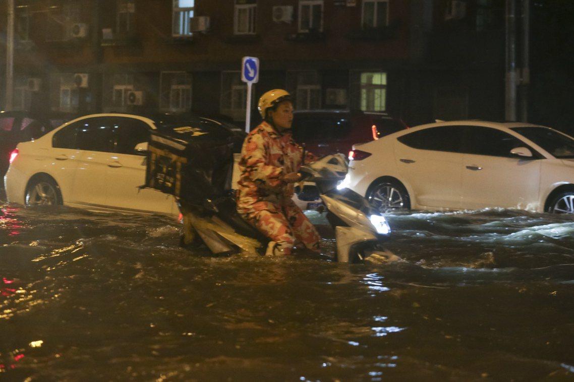 北京近日突發暴雨,朝陽區金台路等多處出現罕見嚴重的淹水情形。北京中央氣象台29日...