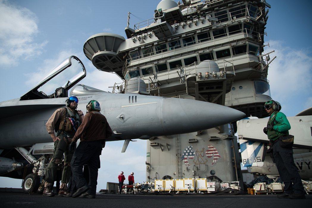 為了對伊朗施壓,美軍早已部署林肯號航母和B52轟炸機至波斯灣。 圖/美聯社