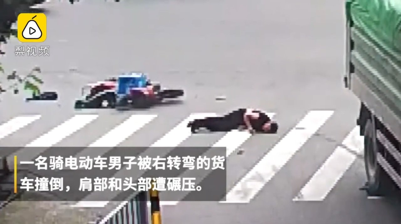 日前大陸浙江一名男子,騎電動單車遭到大貨車輾壓頭部,卻奇蹟似的生還。圖擷自梨視頻