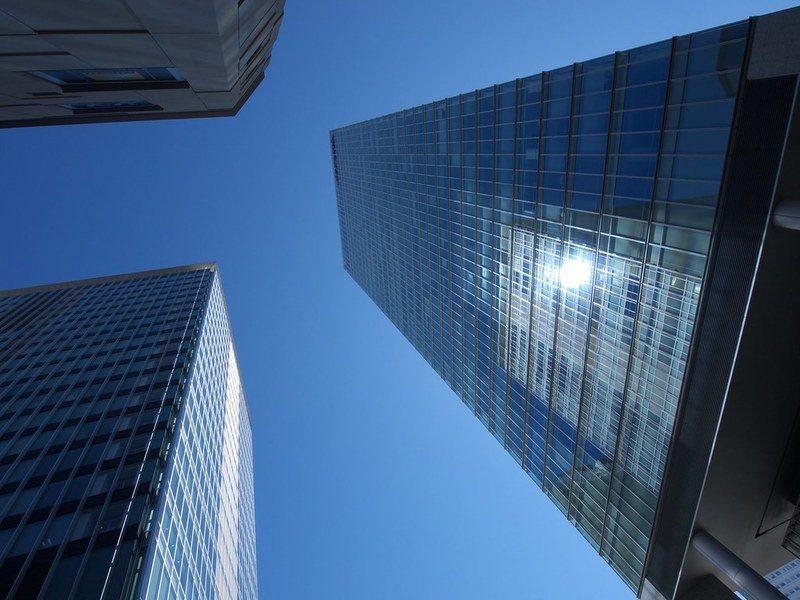 都市裡的高樓大廈雖吸引目光,但設計容易成為耗能的來源。(Photo by elm...