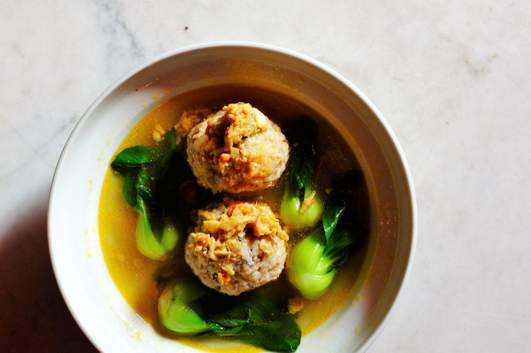 蟹粉獅子頭也是上海名菜之一,雍福會的獅子頭作得極佳。