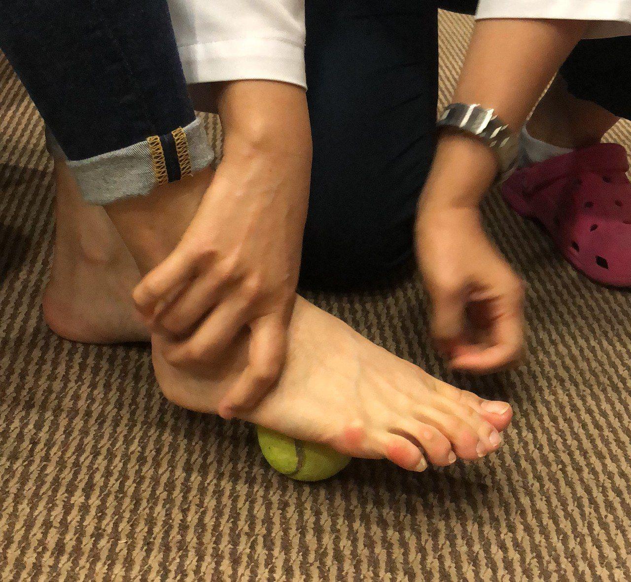 居家保養可以進行肌力和伸展訓練,如可利用腳底抓毛巾、展腳底肌腱伸展等。記者游明煌...