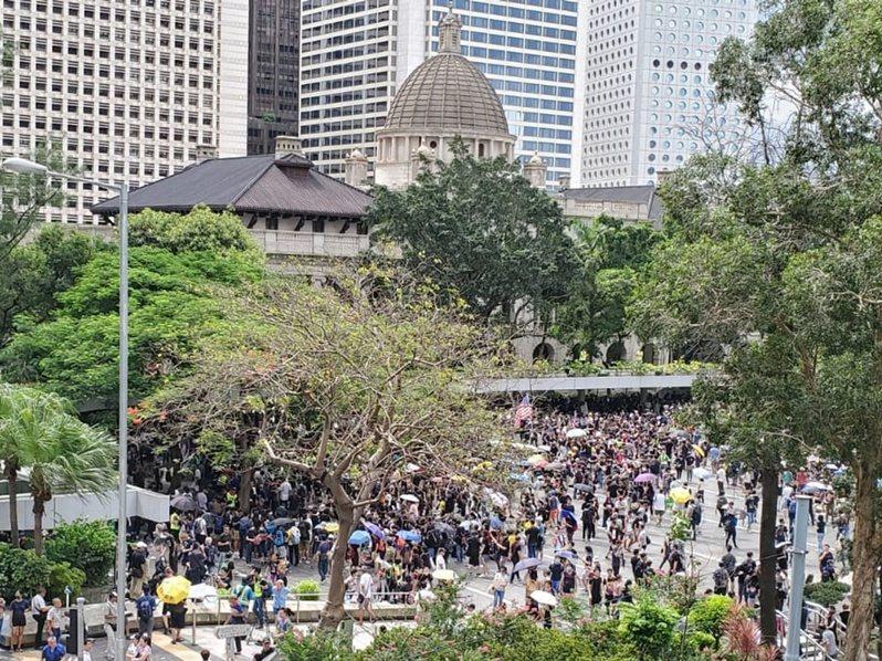 有香港公務員擬於周五在中環遮打花園舉行「公僕仝人,與民同行」集會。 取自星島網