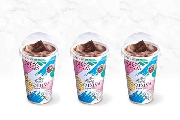 「GODIVA 經典冰可可」每杯附上巧克力片。圖/GODIVA提供