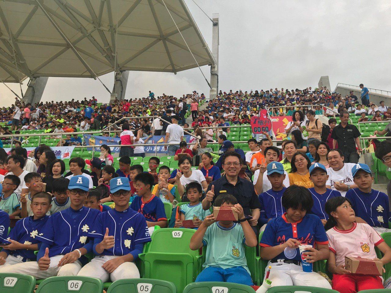 暑期關懷青少年,台南市警五分局和警友會邀學童觀看「U12世界盃少棒錦標賽」,為比...