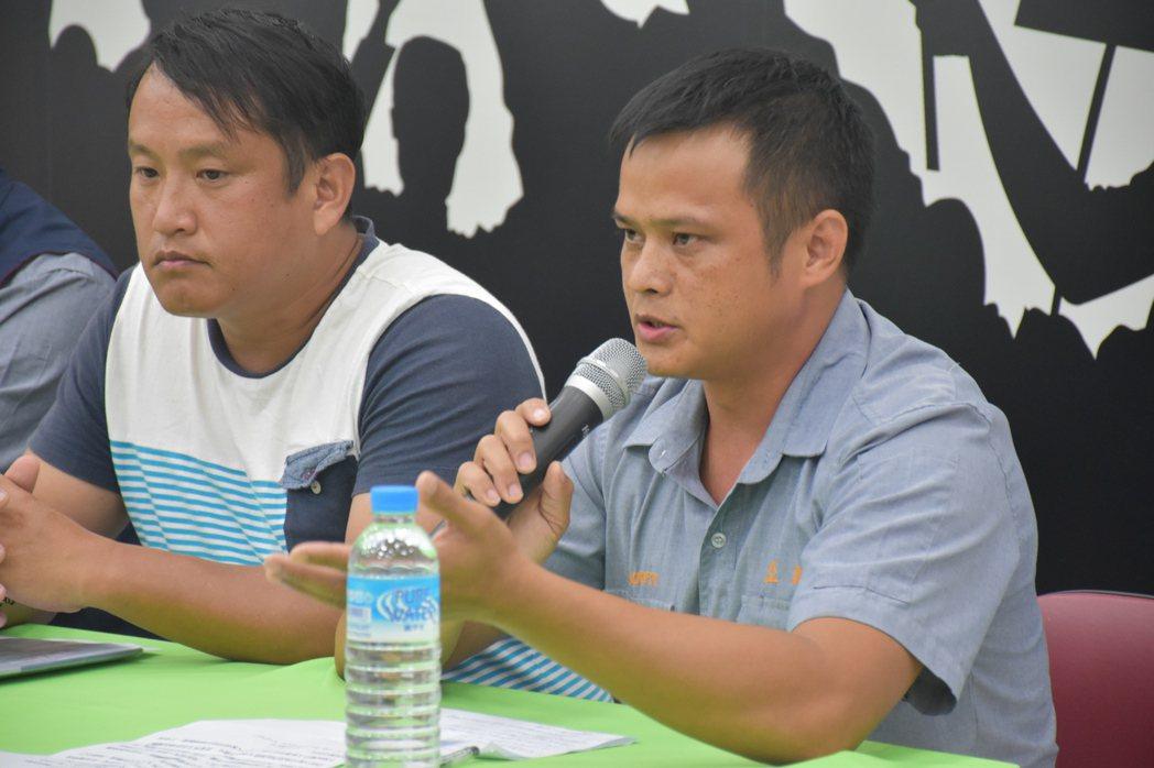 亞泥員工、玻士岸族人詹志鵬(左)及許冠傑擔憂關廠後沒工作。記者王思慧/攝影