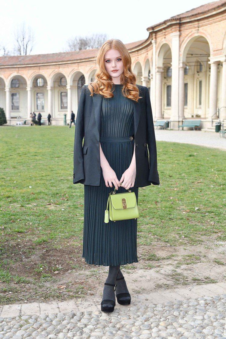 美國女星艾碧該考恩在米蘭時裝周手提BOXYZ萊姆綠牛皮提包。圖/Salvator...
