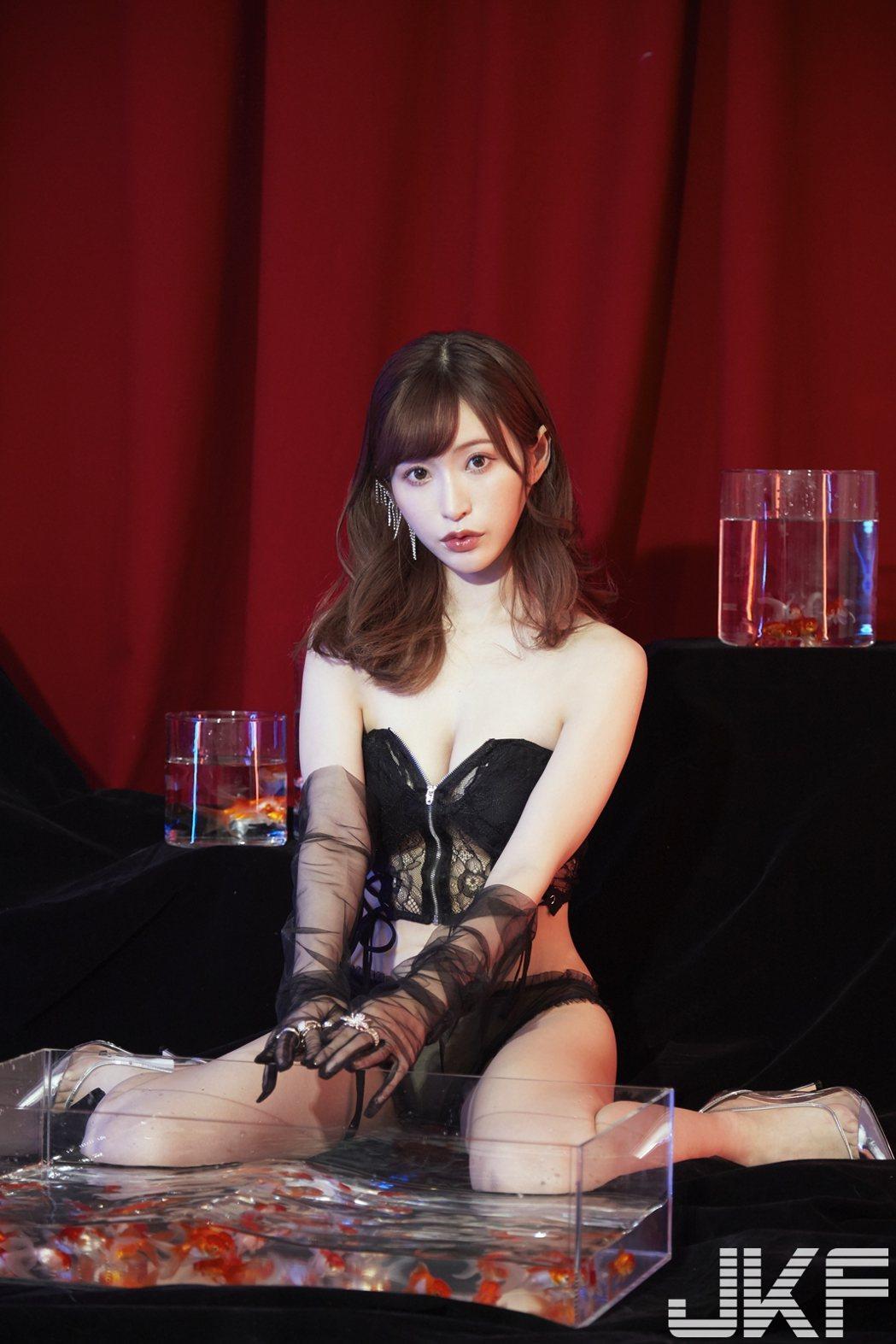 天使萌為雜誌展現好身材。圖/JKF提供