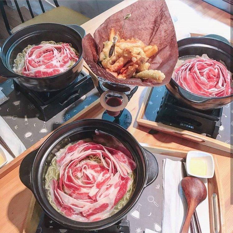 「鮮燙玫瑰牛肉翡翠麵」在碗裡開出一朵朵療癒的玫瑰。IG @vivianchang...