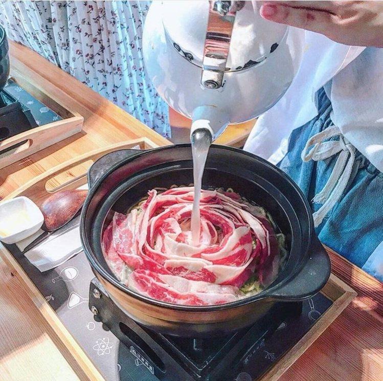 「鮮燙玫瑰牛肉翡翠麵」注入高湯鮮燙,肉片又香又嫩。IG @vivianchang...