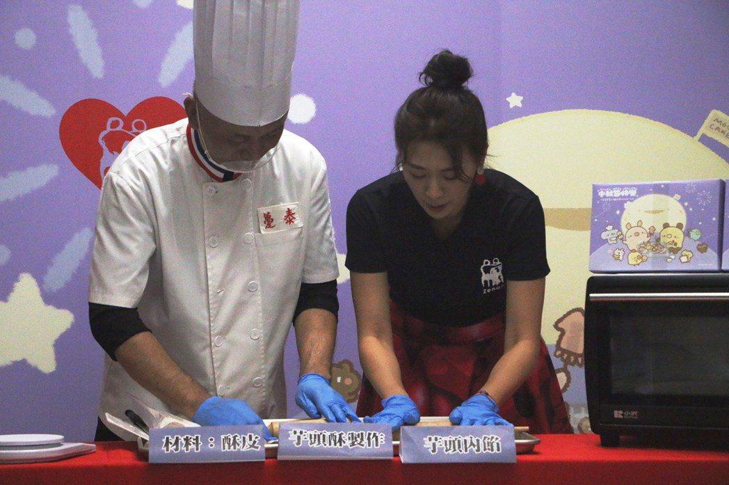 連靜雯現場與專業月餅師傅一童製作月餅。圖/人安基金會提供