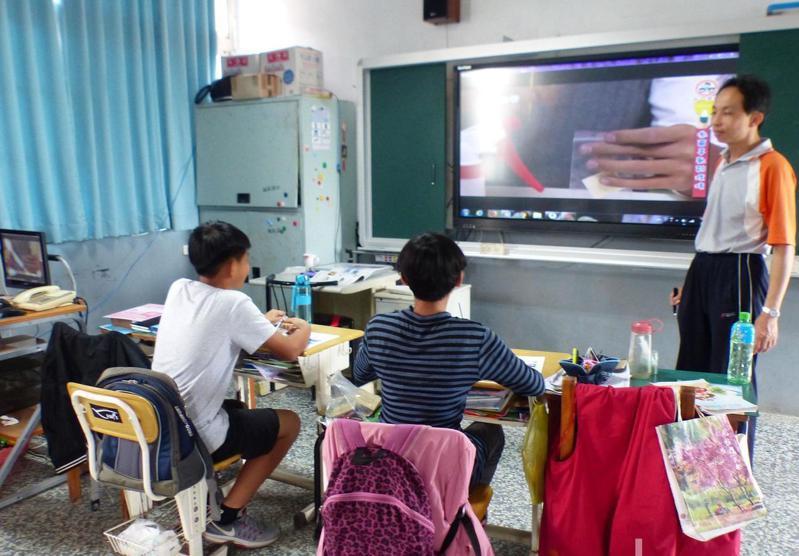 少子化問題日漸嚴峻,教育部統計107學年度小規模國中小校數,發現6班以下、也就是每年級至多1班的國小已達1054校,占全台國小校數逾4成。報系資料照