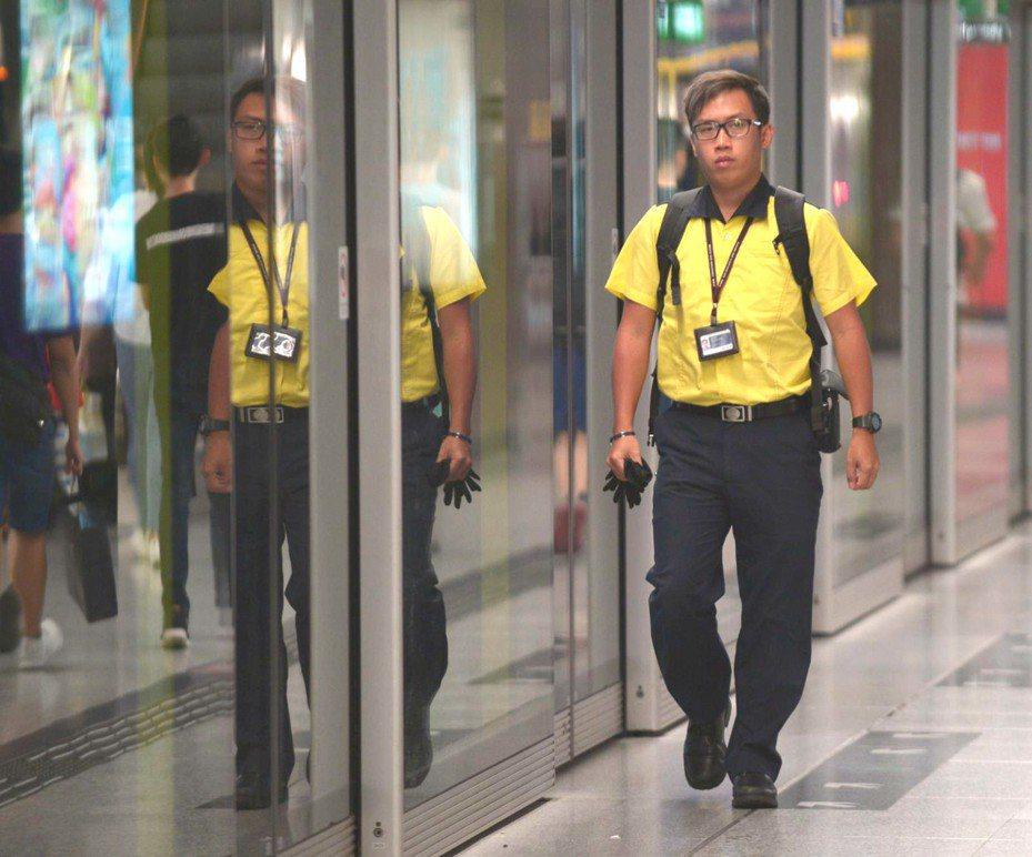 網傳港鐵有多名司機員將參與30日的「全港大塞車」行動。圖為港鐵員工。圖取自/星島日報