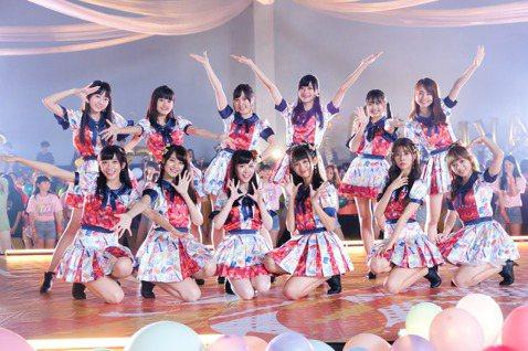 女團「AKB48 Team TP」邀來350位學生同框狂歡,齊跳主打歌曲「TTP Festival」, 讓素有歐吉桑殺手之稱的阿部瑪利亞開心不已,直呼:「每次喊卡就有人叫阿部,完全沒有想過在學生族群...
