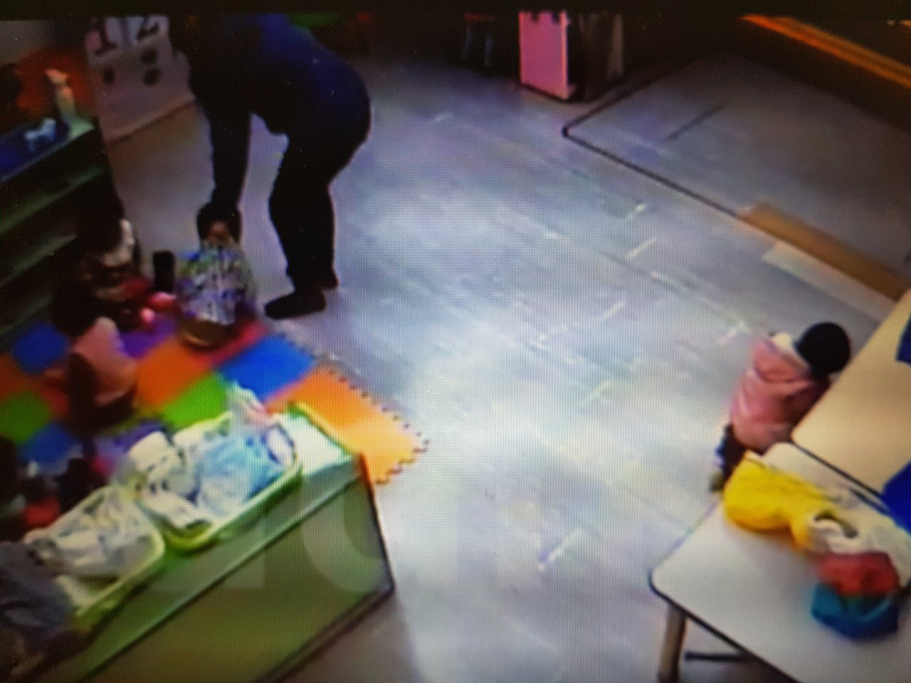 圖為2018年台南傳出幼兒園教保員疑似虐童案,從監視器畫面可看到教保員拖行、腳踢...