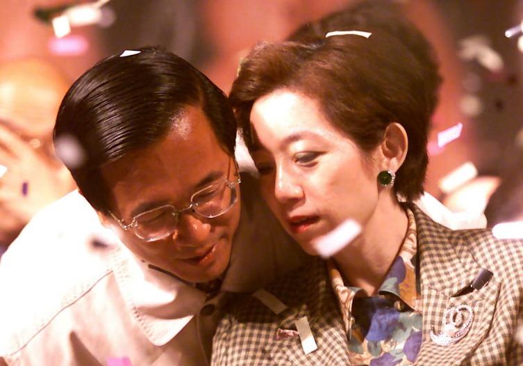 2000年陳水扁(左)當選總統時,與妻子吳淑珍同台慶祝。 圖/聯合報系資料照片