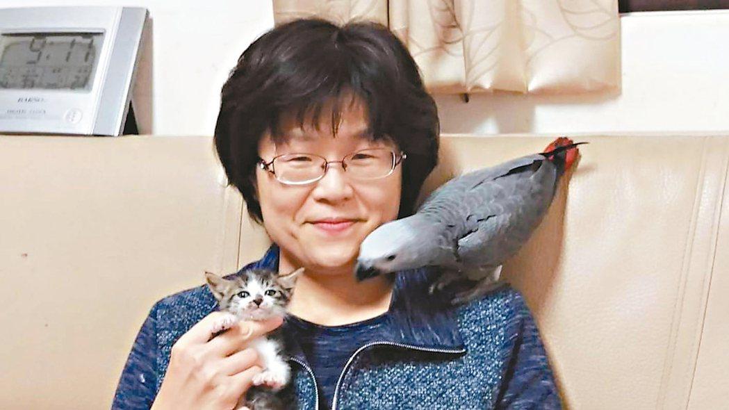 新北市經濟發展局長何怡明養了一隻會講話的鸚鵡,會複誦著經發局正在推廣的政策。 何...
