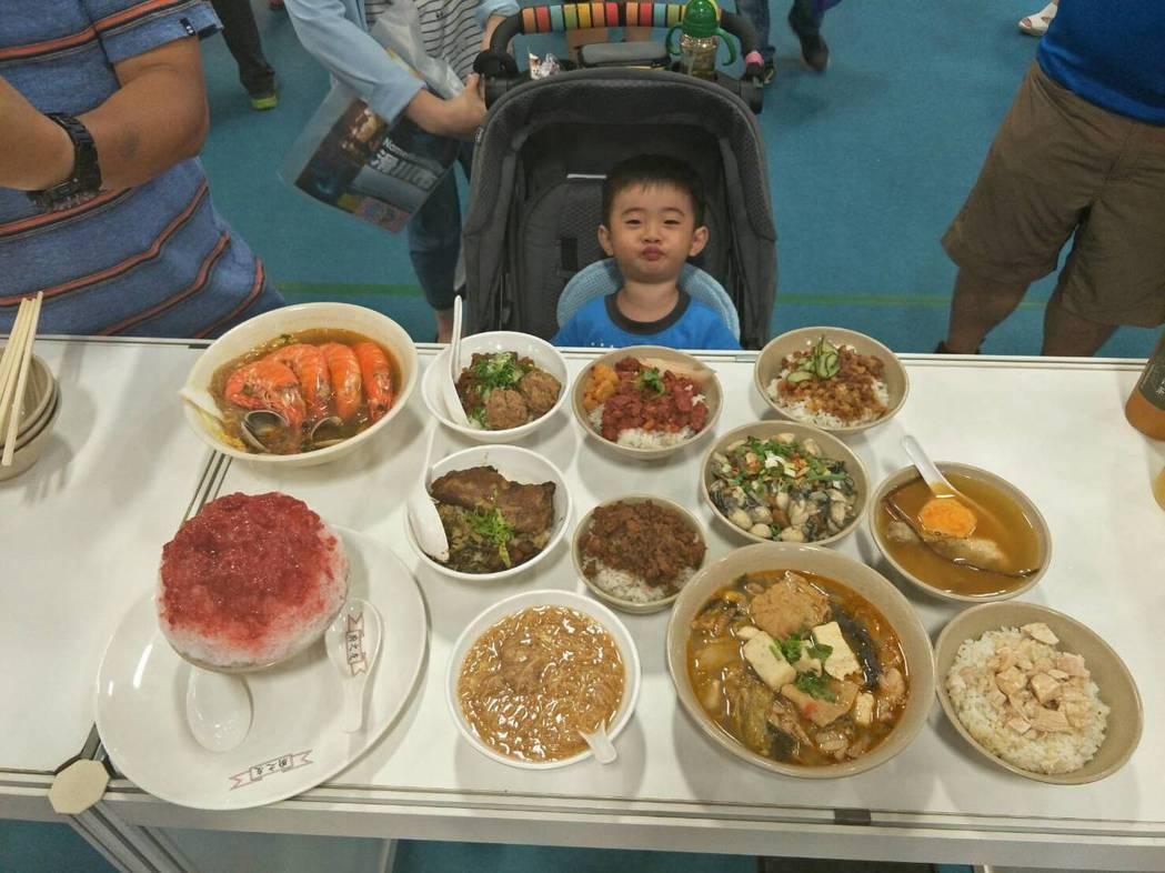 展場民眾對本展區的臺灣美食讚不絕口。經濟部商業司/提供