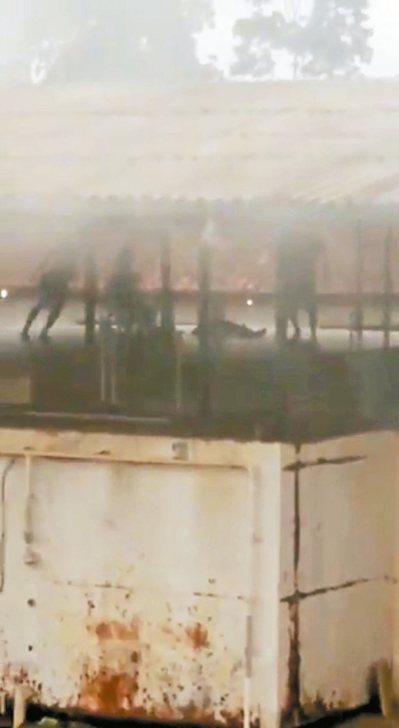 巴西監獄爆發血腥衝突,手機拍攝的影片能模糊看到囚犯身影。 路透