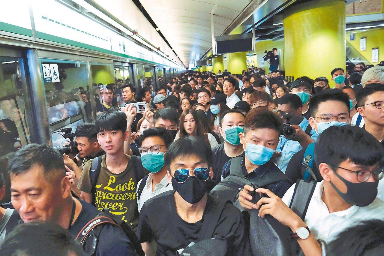 香港反送中示威者塞爆地鐵月台阻撓列車行駛。 路透