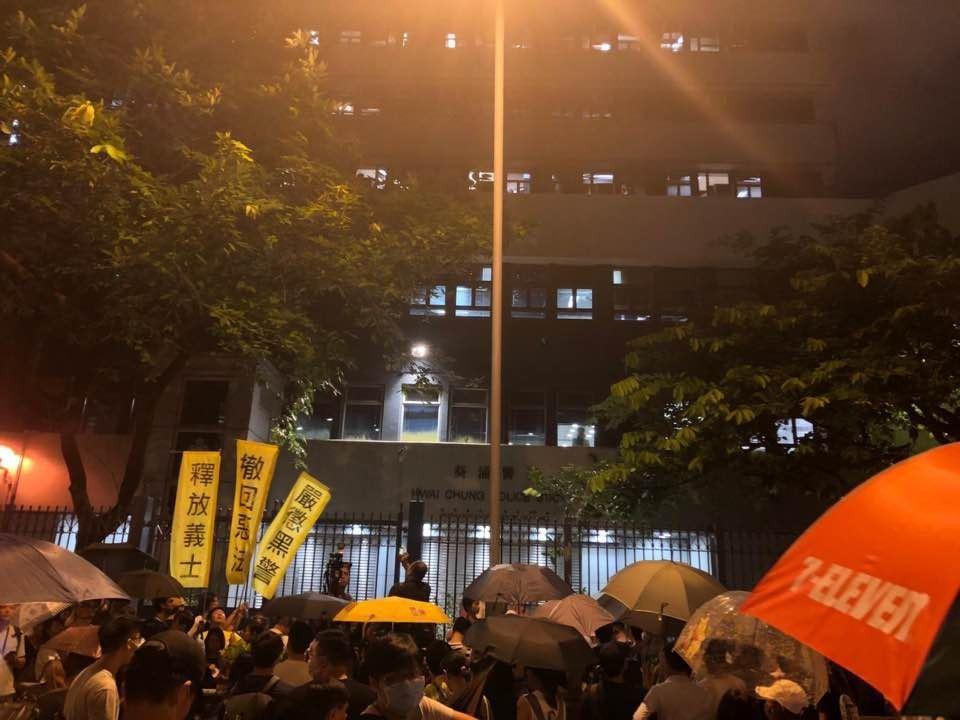 逾百名市民到葵涌警署,聲援728被捕示威者。圖/取自香港01
