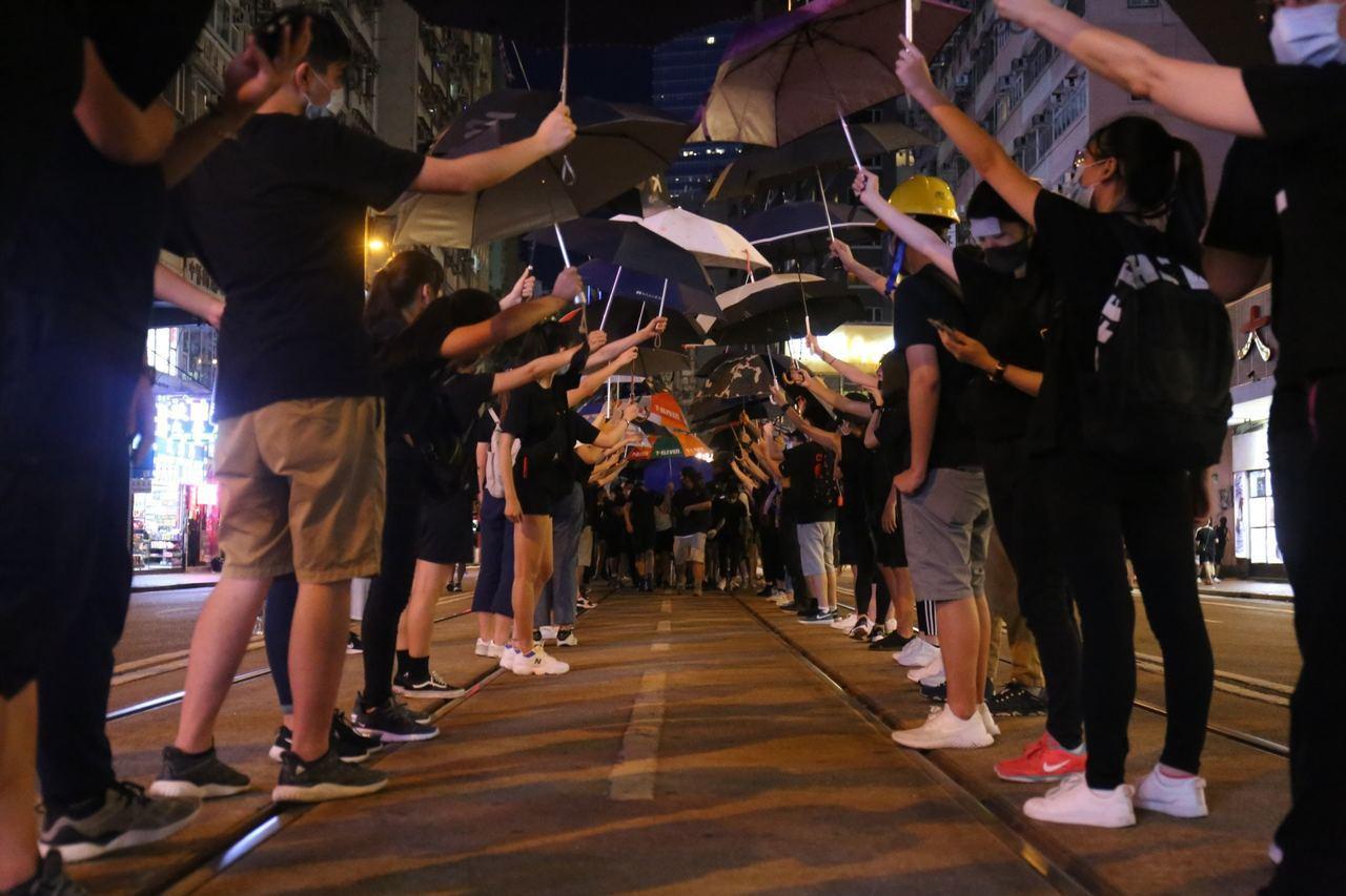示威者以人龍方式將物資送往西環方向做支援。圖擷自香港01