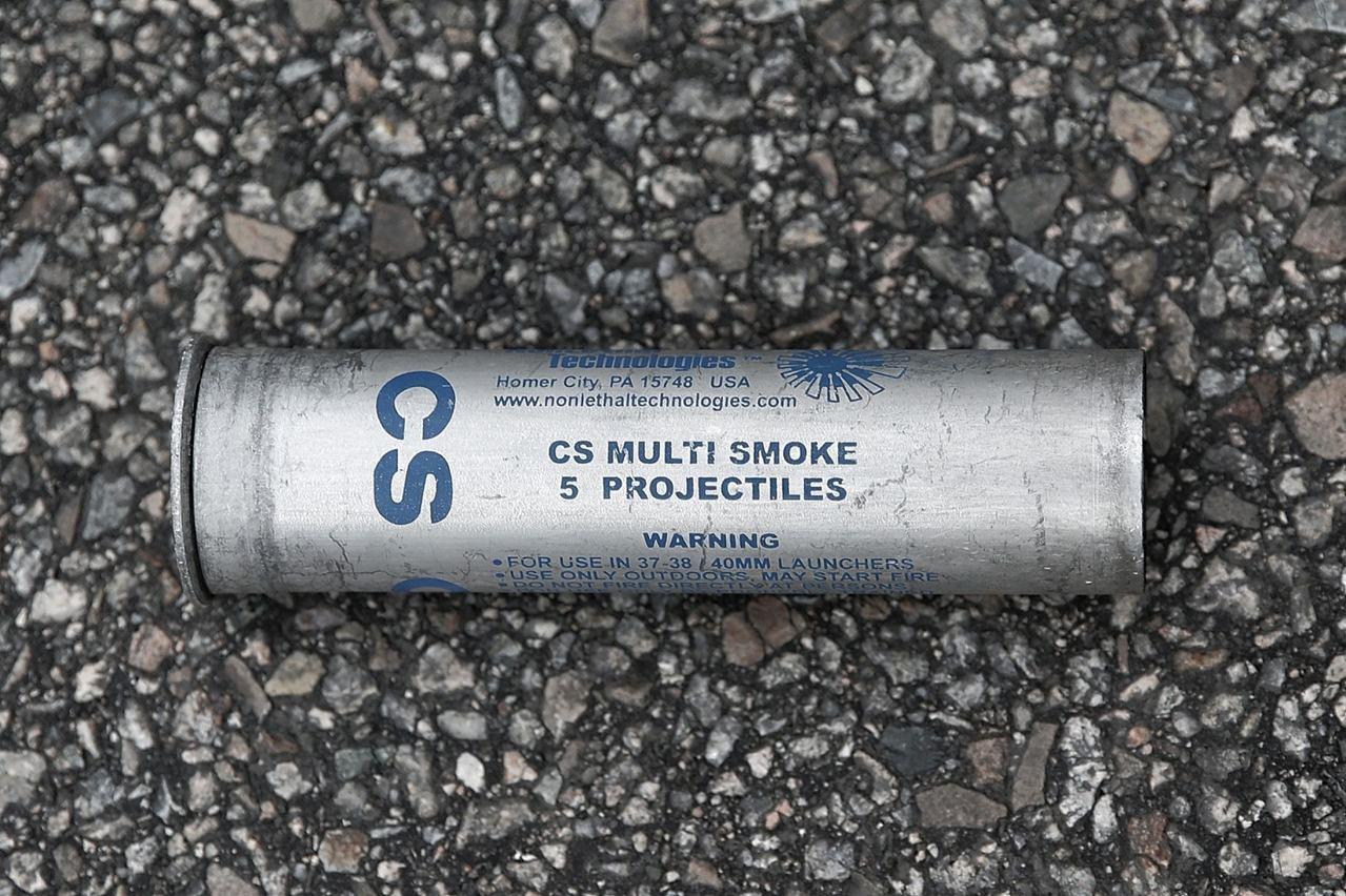 由法德魯槍射出的催淚彈,彈殼印有「CS MULTI SMOKE 5 PROJEC...